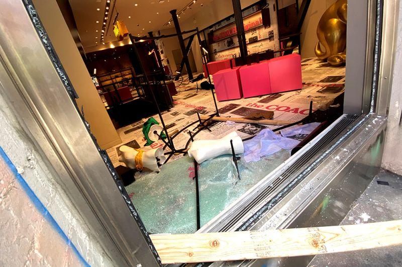 Магазин Coach в Нью-Йорке после разграбления.