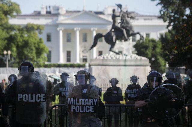 Во время протестов у Белого дома в Вашингтоне Трампа пришлось на всякий случай спрятать в подземном бункере.