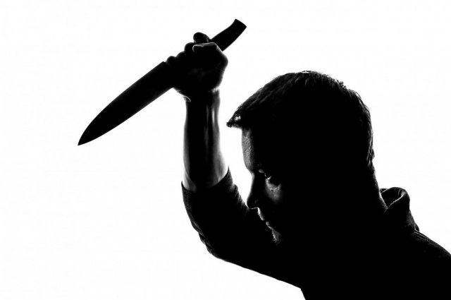 В Хабаровске мужчина напал с ножом на женщину с ребёнком в лифте