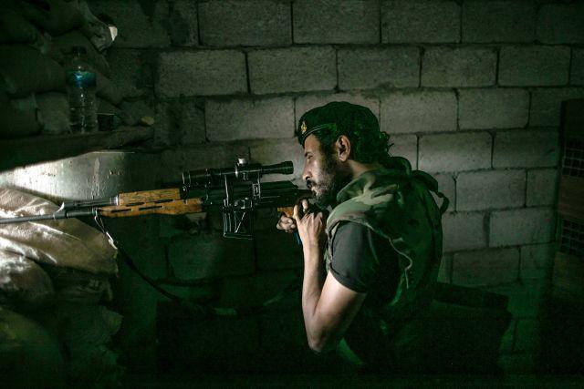Обычные будни столицы Ливии Триполи. Лояльные по отношению к Правительству национального согласия (ПНС) ополченцы, поддерживающие премьер-министра Фаиза Сараджа, ведут беглый огонь по своим противникам из Ливийской национальной армии (ЛНА) фельдмаршала Халифы Хафтара.