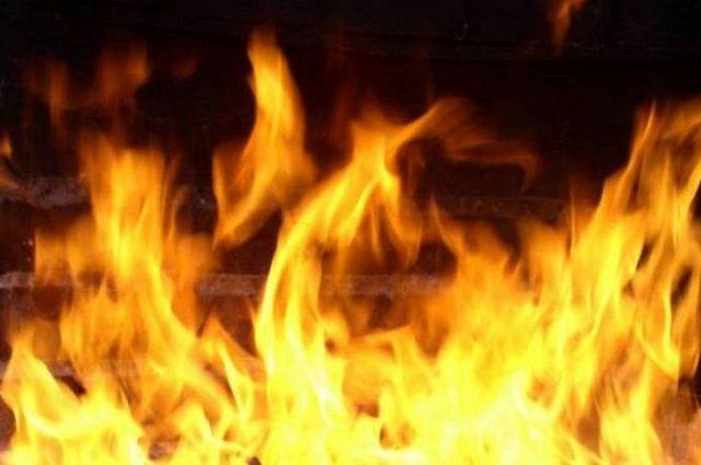 В сети появилось видео горящей машины.