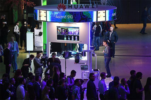ИИ-процессор Ascend 910 на стенде компании Huawei на конференции по искусственному интеллекту Artificial Intelligence Journey (AIJ) в Москве. 2019 г.