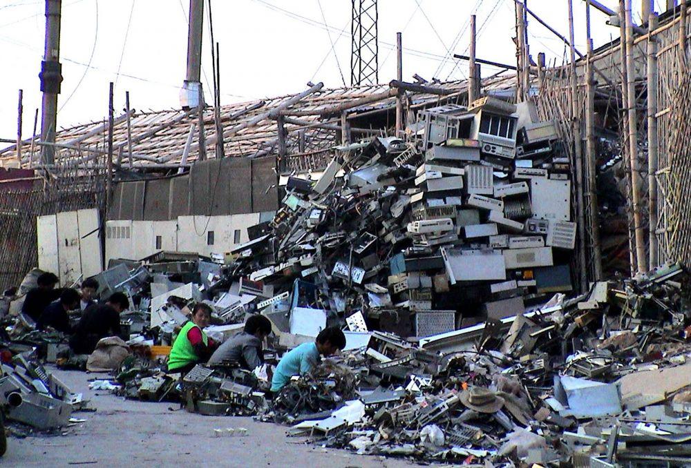 Свалка электроники, Гуйю, Китай. Город Гуйю в провинции Гуандун широко известен как крупнейшая в мире свалка электронных отходов.