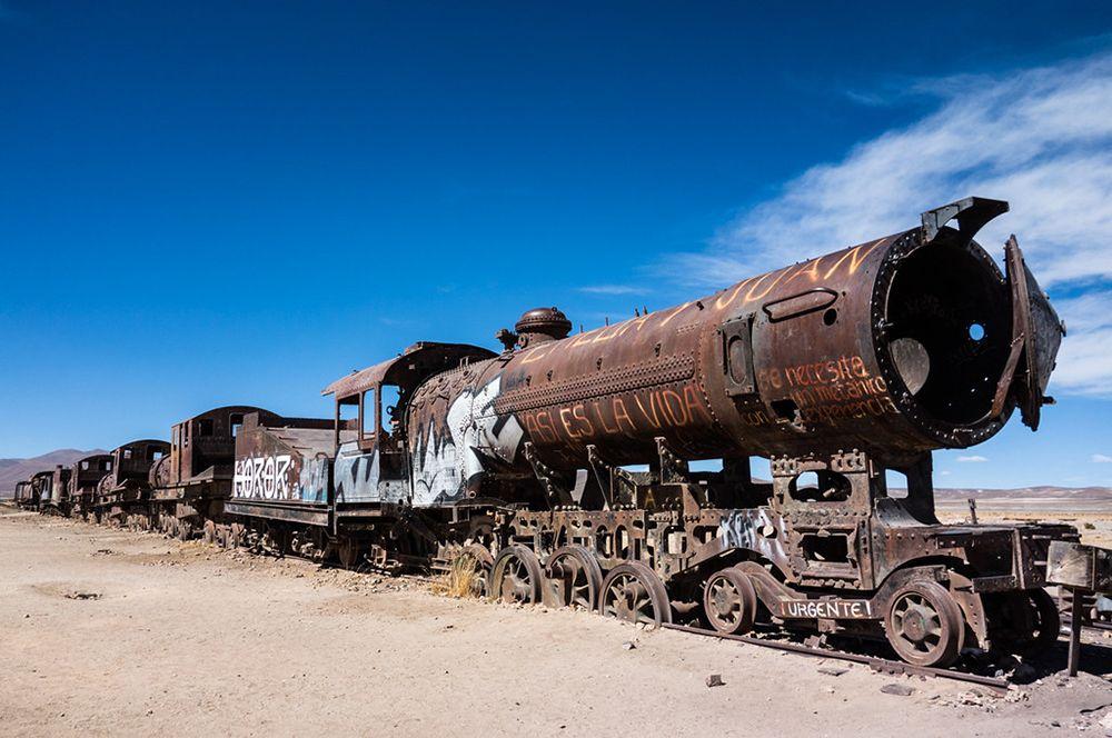 Кладбище паровозов, Уюни, Боливия. Гигантский солончак Уюни известнен не только своими размерами, но и кладбищем железнодорожной техники.