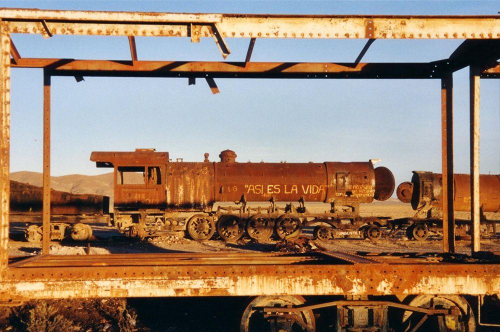 Здесь на запасных путях оставлены ржаветь паровозы, некогда работавшие на дороге Антофагаста-Боливия и отставленные от поездной службы в 50-х гг.