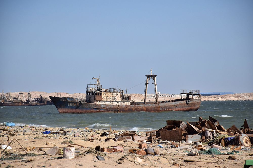 В 2004 году здесь насчитывалось 104 частично видимых и 22 уже затонувших корабля.