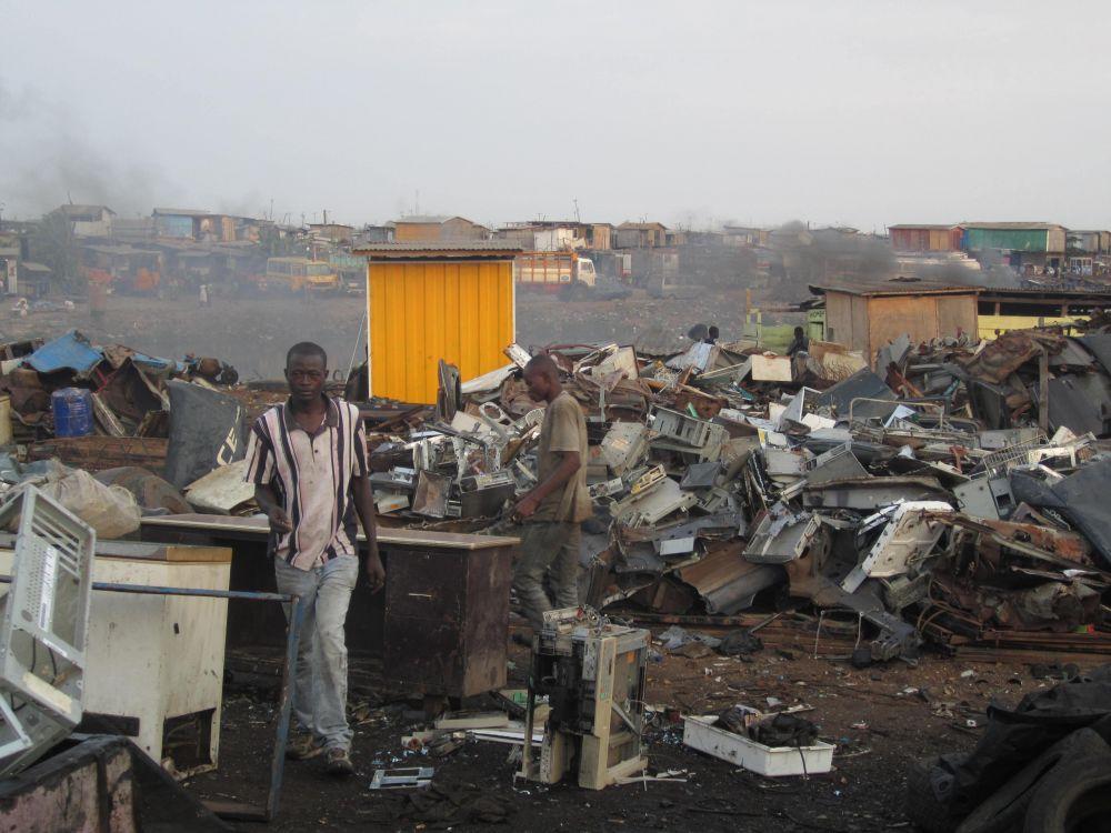 Свалка электроники, Агбогблоши, Гана. Подобная свалка находится недалеко от центра Аккры, столицы Ганы. Это место известно как пункт сбора и переработки автомобильного и электронного лома.