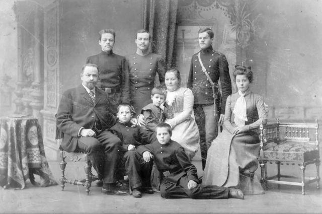 Н.П. Полянский с семьёй.