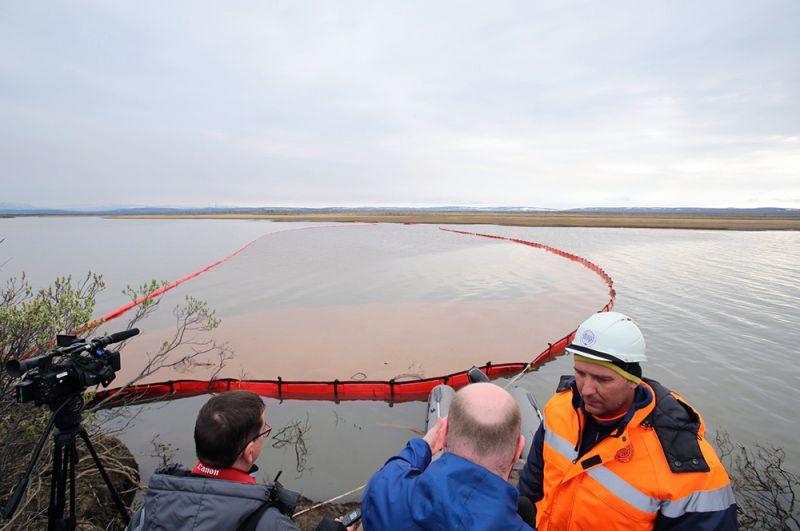 Сотрудники Морской спасательной службы проводят работы по ликвидации нефтяного пятна в устье реки Амбарная.