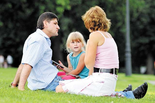Эксперты советуют в выходные дни устраивать совместные семейные прогулки