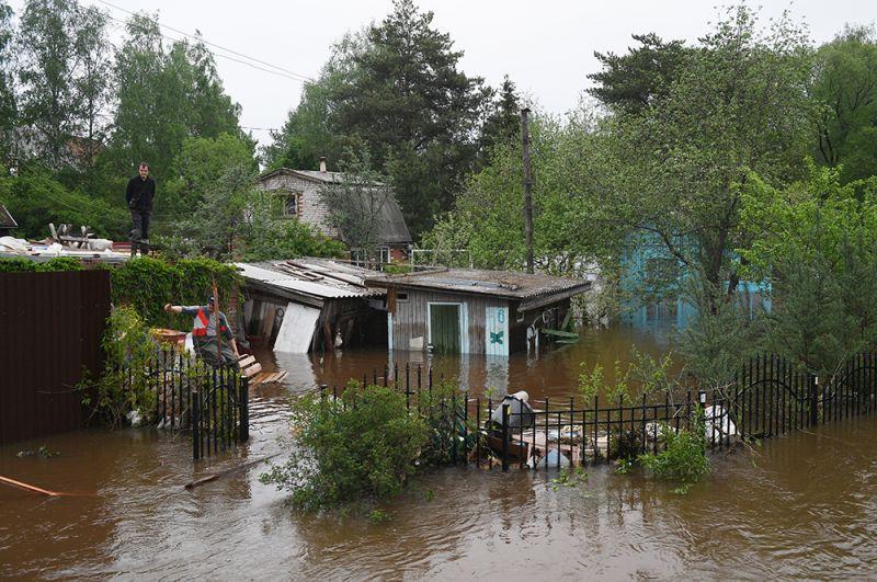 Подтопленные строения в поселке Нахабино Московской области.