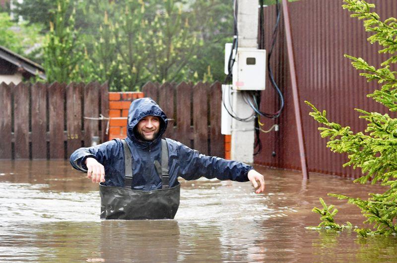 Спасатель на улице дачного поселка, подтопленного из-за разлива реки Воря в Щелковском районе Московской области.