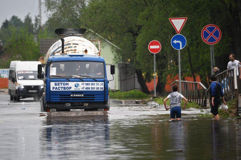 На подтопленной улице в поселке Опалиха Московской области.