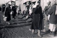 Женщинам во время войны приходилось выполнять тяжелую мужскую работу, голодать, поднимать детей.