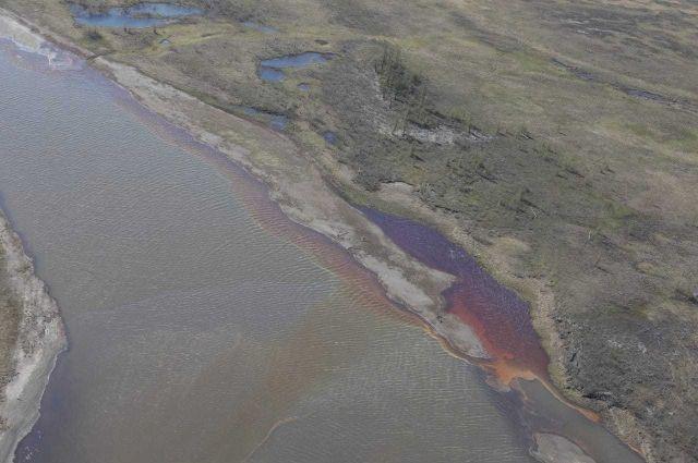 В воду попало 15 тыс. тонн нефтепродуктов.