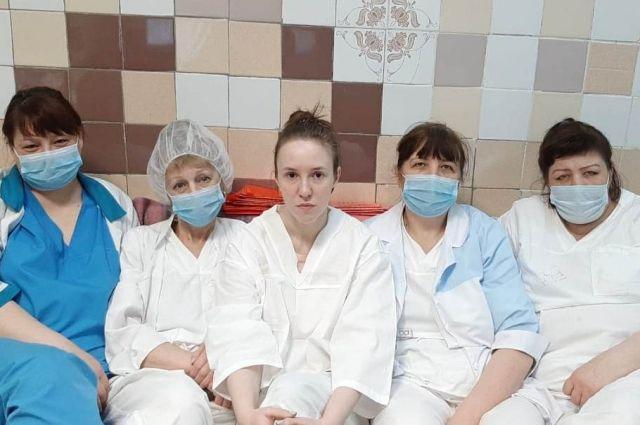 Бригада инфекционного отделения, работавшая с пациентами с COVID-19.