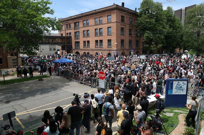 Церемония проходила в здании Северного центрального университета в Миннеаполисе.