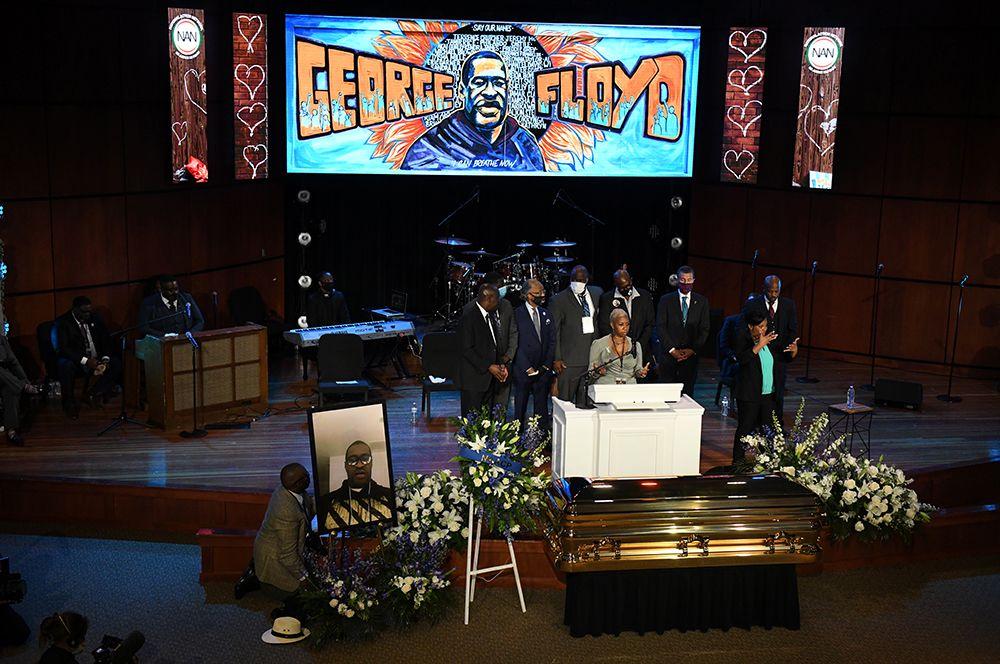 Закрытый позолоченный гроб с телом Флойда был выставлен в актовом зале.