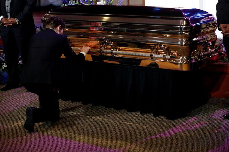 Одним из первых к гробу подошел мэр Миннеаполиса Джейкоб Фрэй, он опустился на одно колено и заплакал.