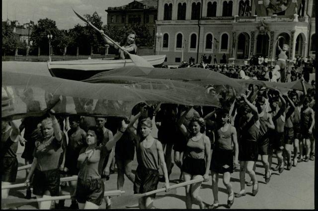 В 1950 году в честь 30-летния ТАССР прошел парад физкультурников.