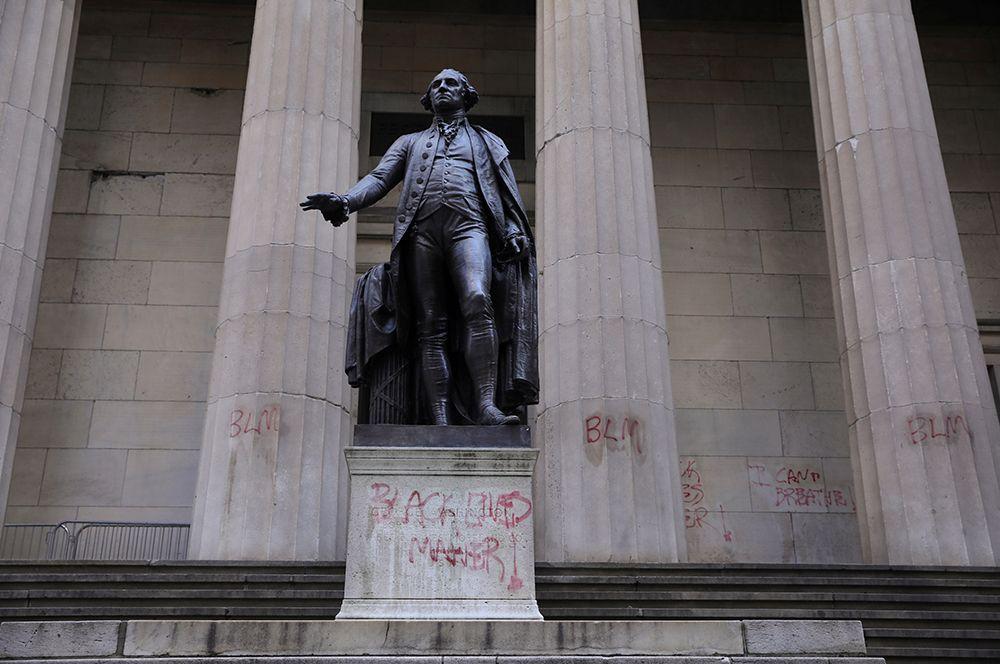 Федерал-холл в Нью-Йорке, расписанный граффити.