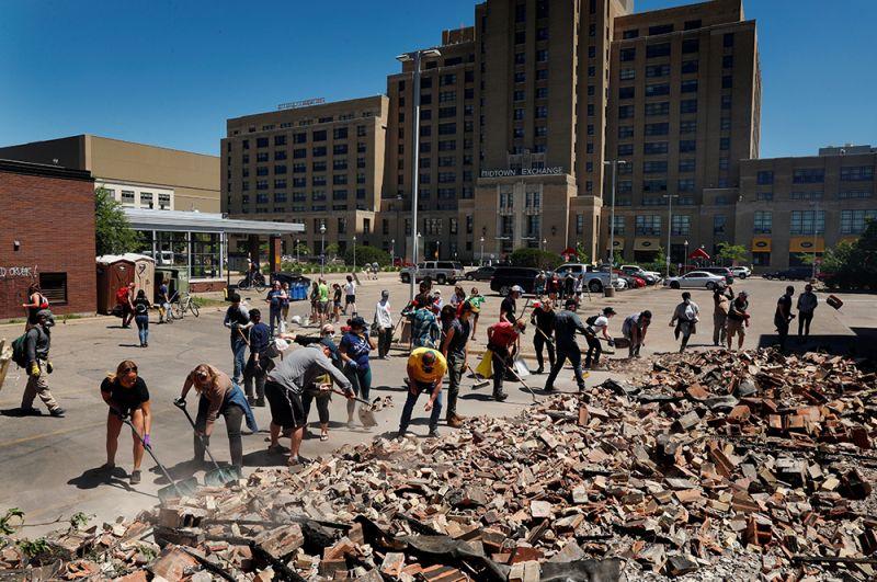 Добровольцы убирают улицы Миннеаполиса после погромов.