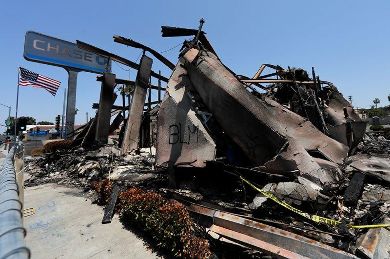 Руины «Чейз Банка» после беспорядков и грабежей в городке Ла-Меса, Калифорния.