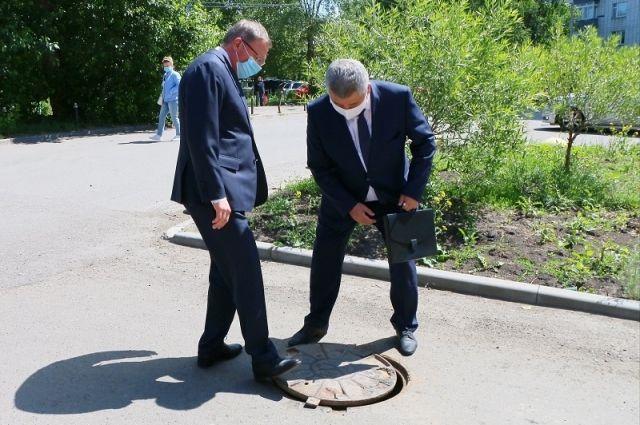 Во дворах возле здания правительства Александр Бурков обнаружил открытый канализационный люк.