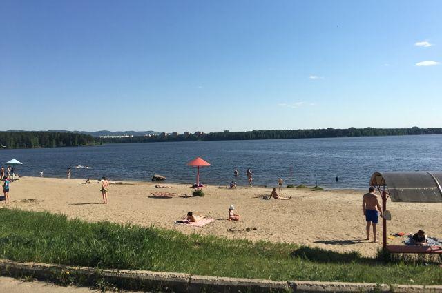 В областном центре пока ни один пляж официально не открыт.