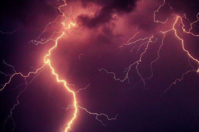 Оренбургские синоптики прогнозируют грозу и сильные дожди в регионе.