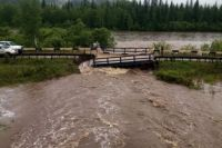 Мост разрушился из-за сильных осадков.