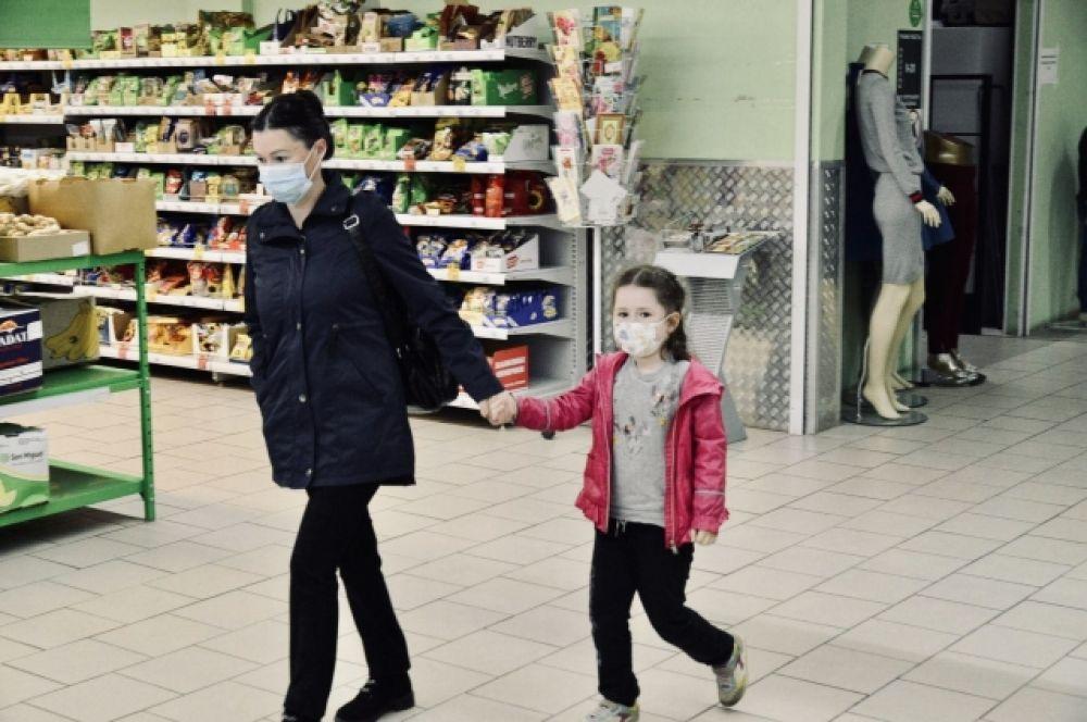 Многие жители города исправно носят маски и обрабатывают руки антисептиками