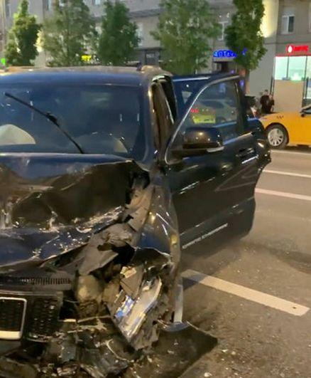 Автомобиль актера Михаила Ефремова на месте ДТП.