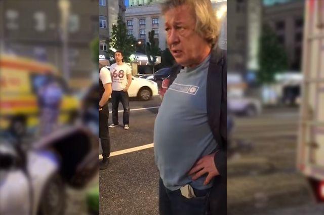 Михаил Ефремов на месте ДТП.