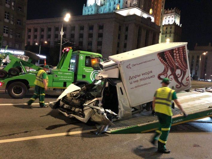 Эвакуатор увозит разбитый автомобиль Lada с места ДТП.