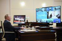 Владимир Путин во время видеоконференции с социальными работниками.