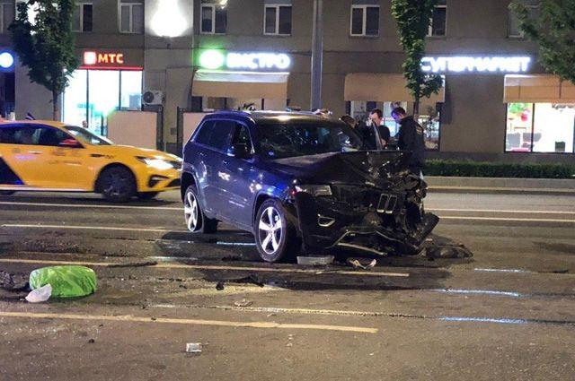 Автомобиль актера Михаила Ефремова на месте ДТП на Смоленской площади в Москве.