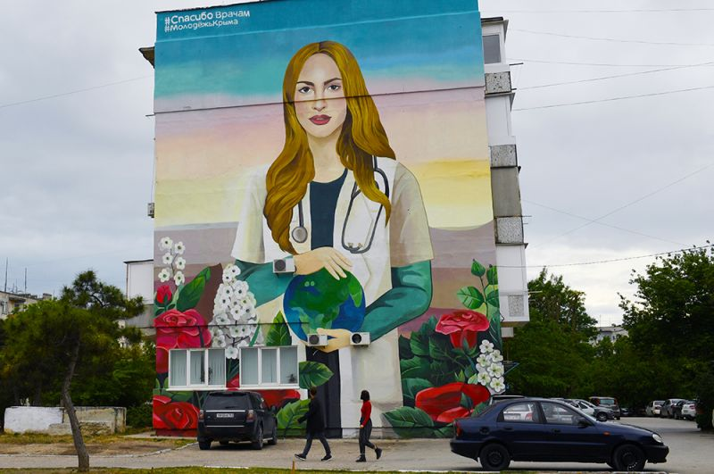 Граффити, посвященное медицинским работникам, борющимся с коронавирусной инфекцией, на стене жилого дома на улице Некрасова в Евпатории.