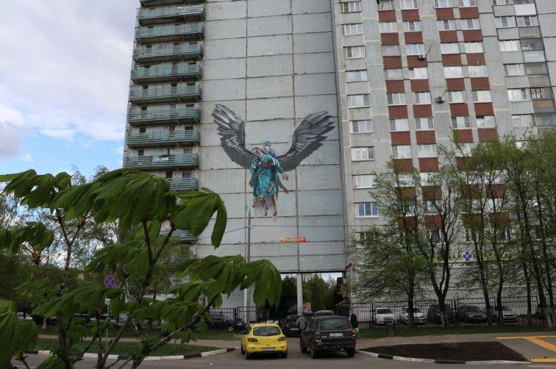 Граффити с изображением медсестры в образе ангела на стене дома в Одинцово.