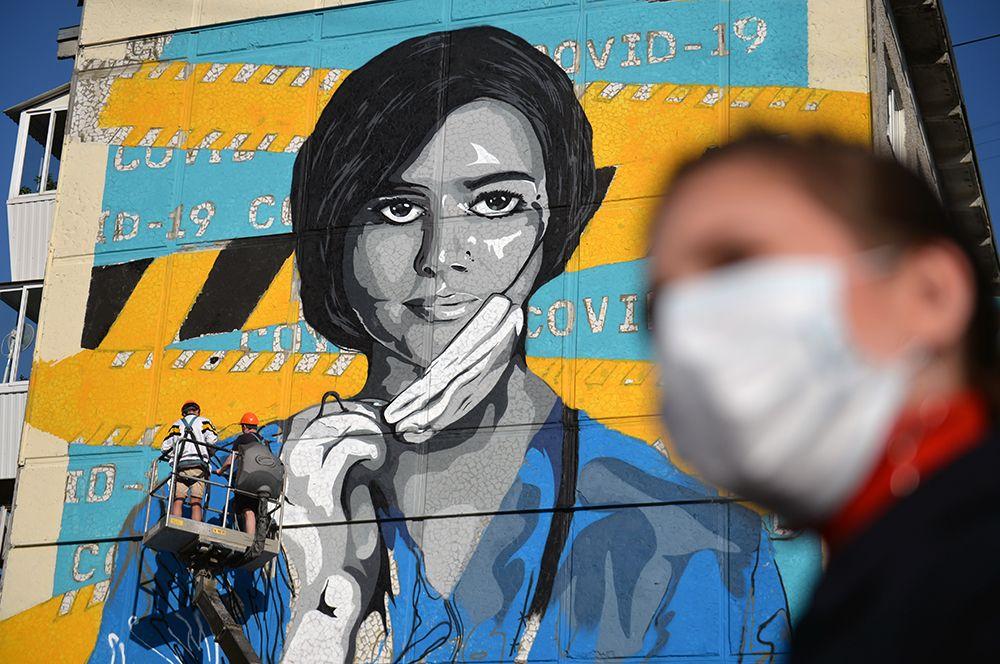Граффити, посвященное медикам, на стене жилого дома недалеко от екатеринбургской городской больницы No 40, где лечат пациентов с подтвержденной коронавирусной инфекцией.