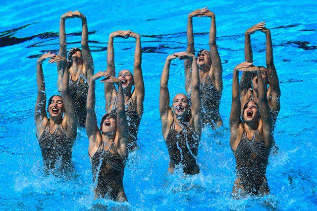 С 2000 г. на Олимпийских играх проходят соревнования среди групп (8 девушек) и среди дуэтов.