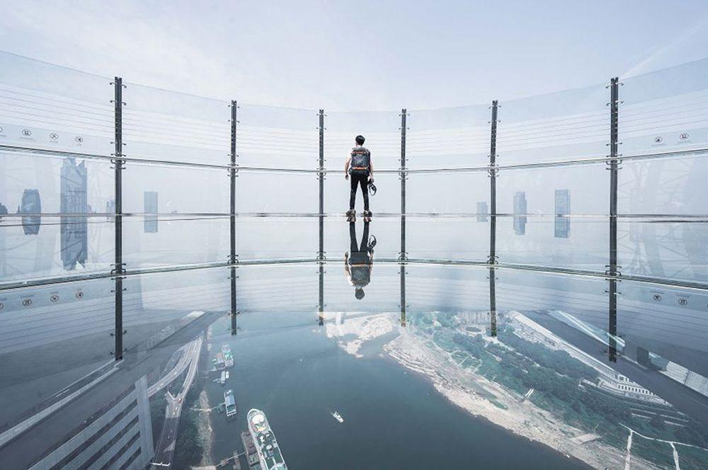 А затем могут пройти на открытую смотровую площадку с прозрачным полом, откруда открывается вид на лежащий внизу город и слияние рек Янцзы и Цзялинцзян.