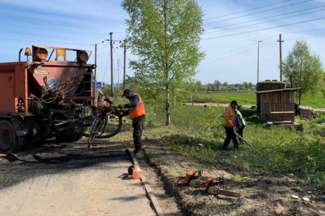 Жители Ленинградской области, потерявшие работу или доход из-за пандемии коронавируса, вышли на общественные работы. На фото - работы ведутся в полосе отвода региональных трасс.