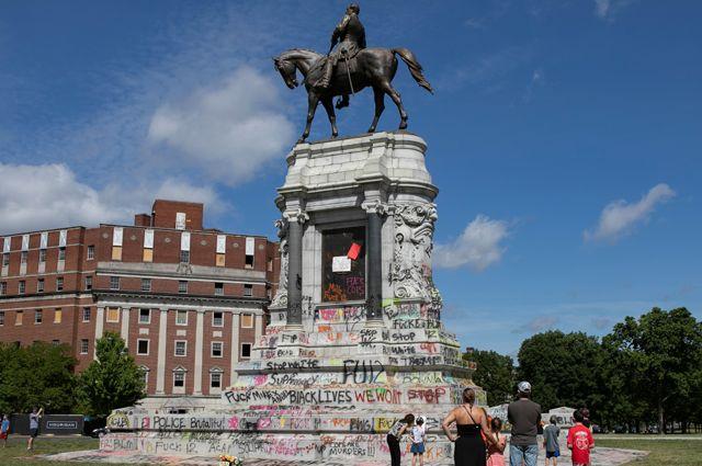 Памятник генералу Роберту Ли в Ричмонде.