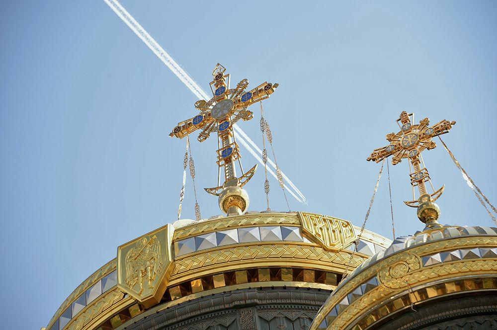 Кресты на куполах главного храма Вооруженных сил РФ.