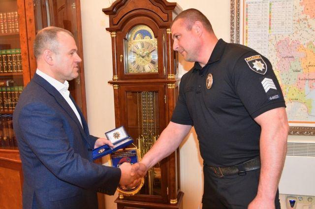 В Одессе наградили полицейского, спасшего женщину от насильника