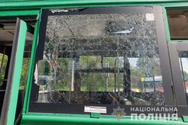 В Киеве обиженный пассажир бросил камень в окно троллейбуса