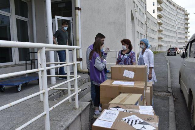 Волонтеры передают маски медцентру.
