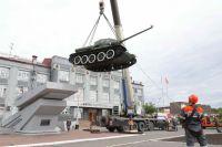 Знаменитый танк демонтировали, чтобы отвезти на реставрацию.