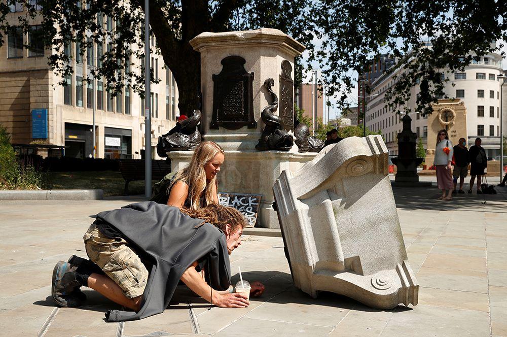 Власти уже заявили, что восстанавливать статую не собираются.